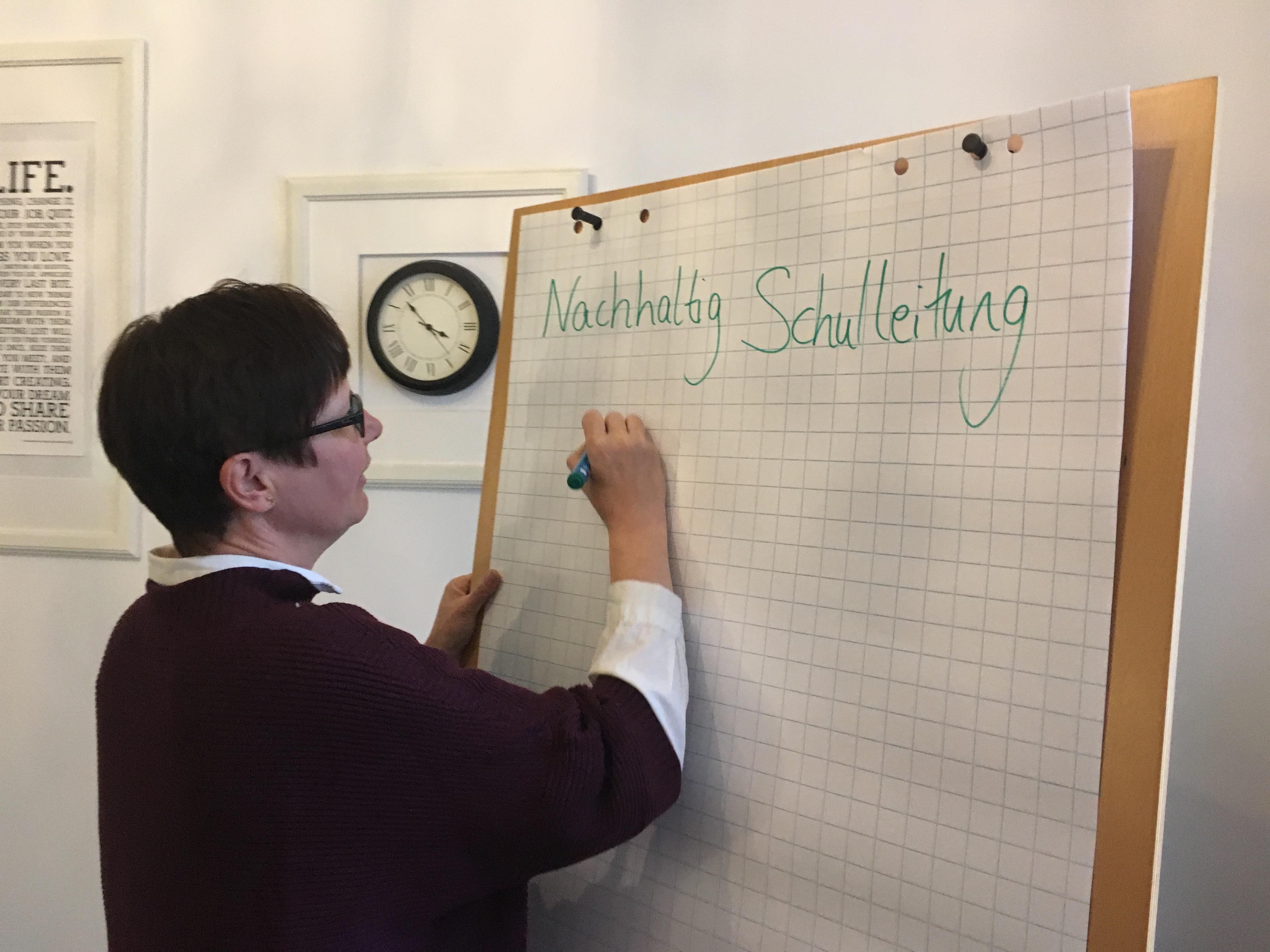 Eine Schulleiterin plant die Teamsitzung